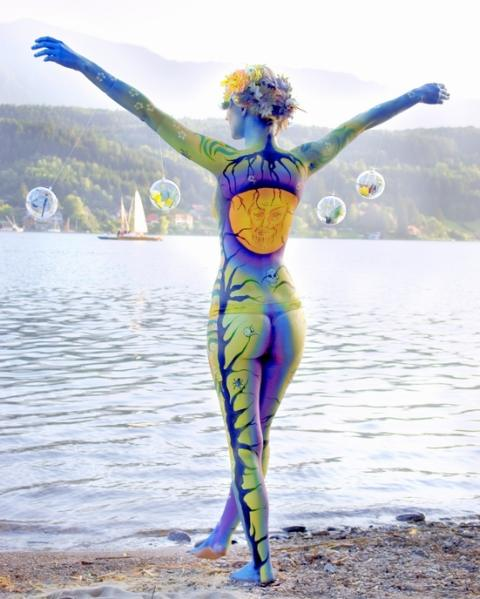 Click here to see more of Artist Carolyn Roper's bodypainting